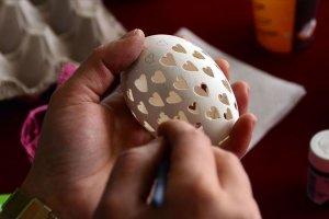 Yumurta kabukları hünerli ellerinde sanata dönüşüyor
