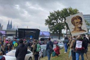 Almanya'da Kovid-19 kısıtlamalarını protesto ettiler