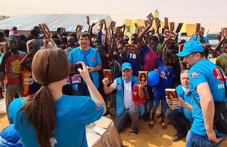 DİTİB gönüllüleri Afrika'da Kur'an-ı Kerim ve Ramazan yardım paketi dağıttı