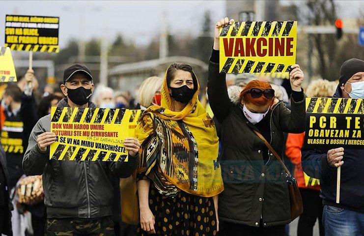 Bosna Hersek'te salgınla mücadelede yetersiz kalan hütümet protesto edildi