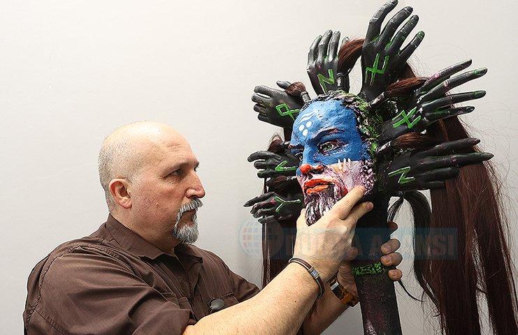 Topladığı atık maddeleri sanat eserlerine dönüştürüyor