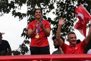 Olimpiyat şampiyonu Busenaz, memleketi Trabzon'da coşkuyla karşılandı