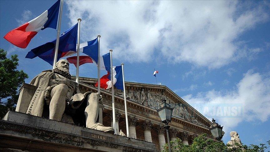 Fransa'da Müslümanları hedef alan tartışmalı yasanın onaylanması tepkilerle yol açtı