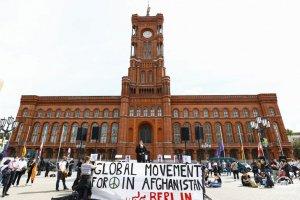 Berlin'de Afganistan'da tehlikede olanların tahliyesi için gösteri düzenlendi